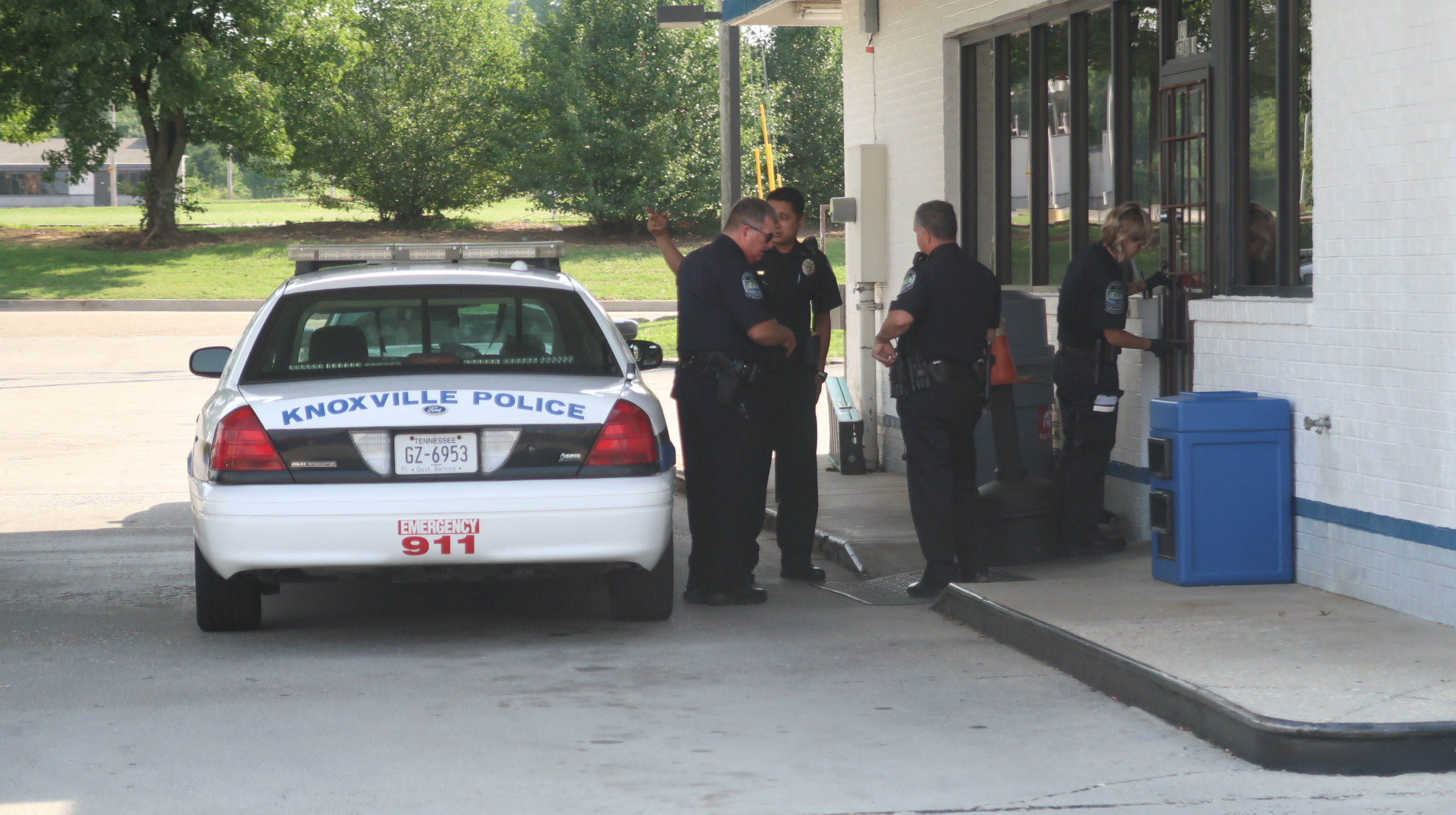 Knoxville police search for armed robbery suspect