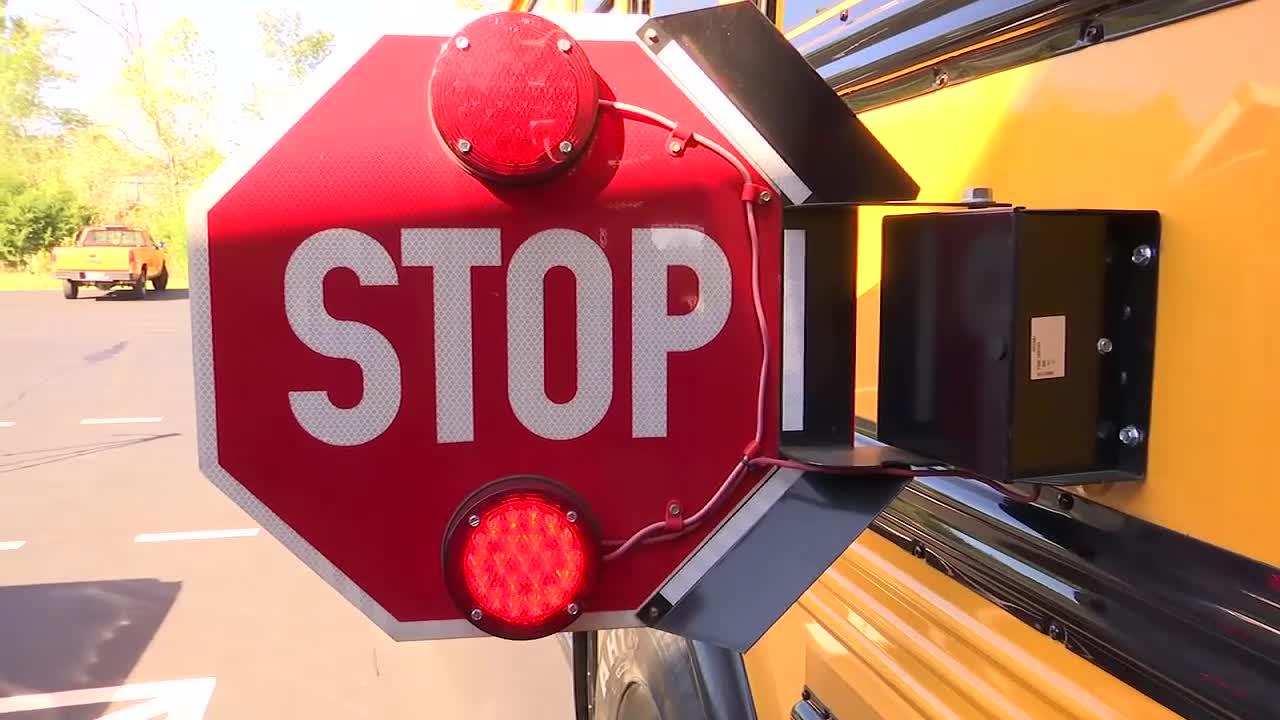 School bus stop sign_375759